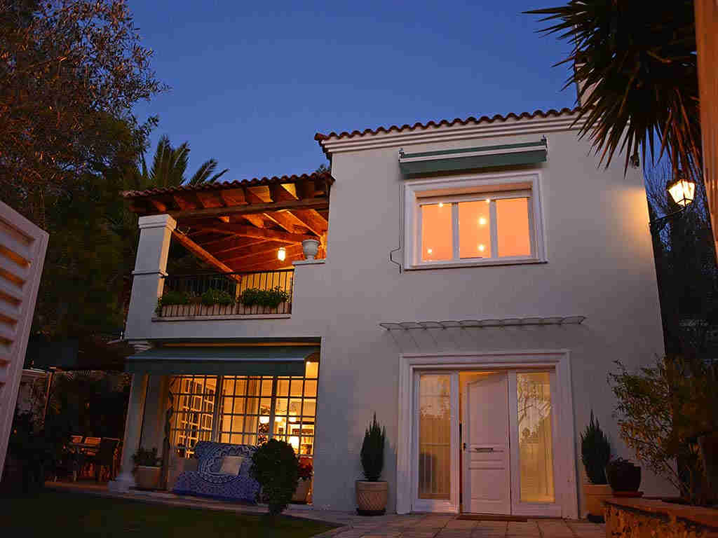 Villa de vacances à Sitges: façade pendant la nuit