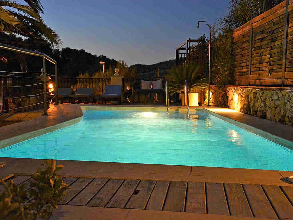 Villa de vacances à Sitges: piscine pendant la nuit