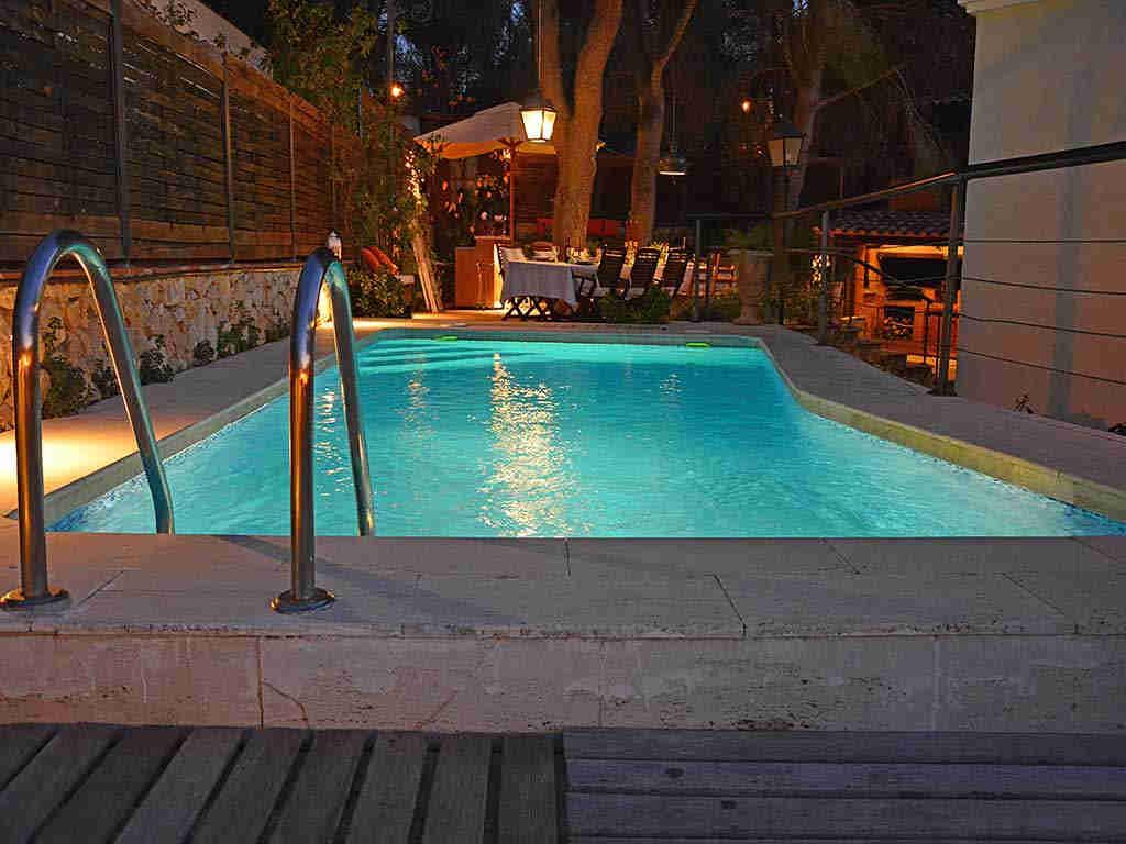 Villa de vacances à Sitges: piscine privée la nuit