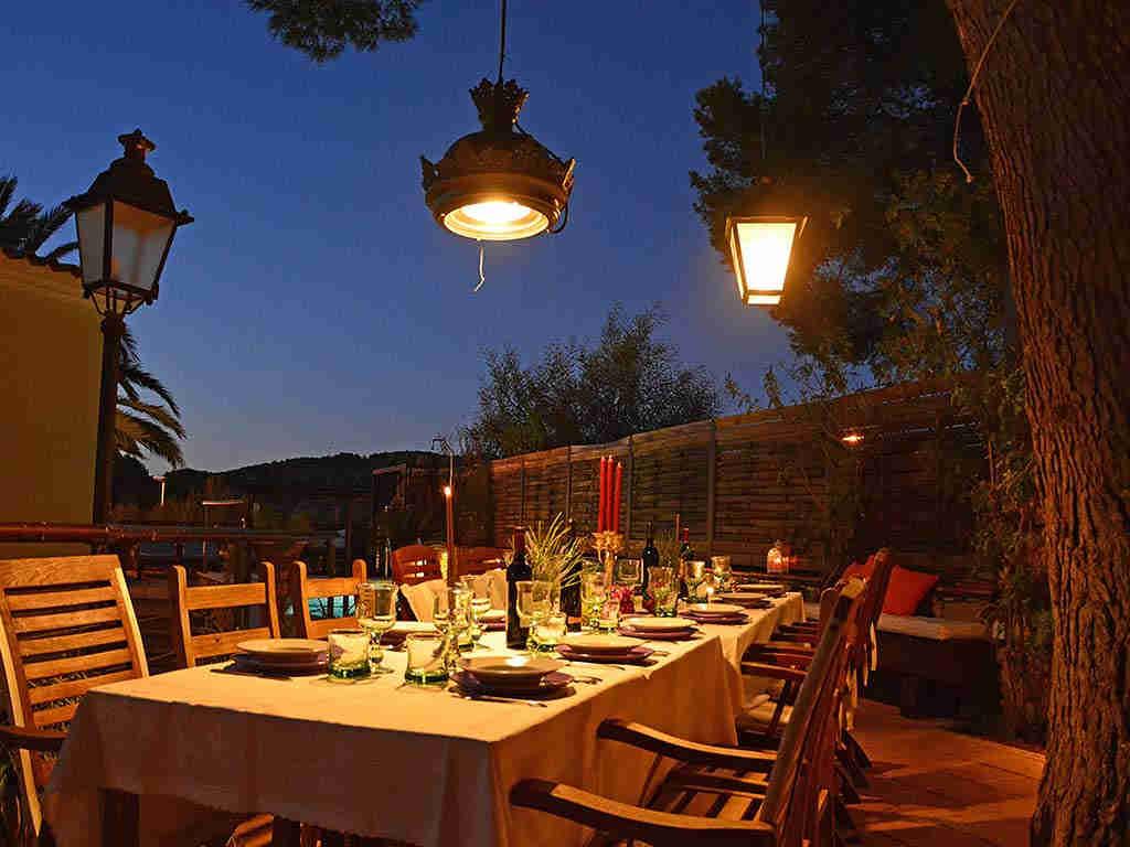 Villa de vacances à Sitges: salle a manger pendant la nuit