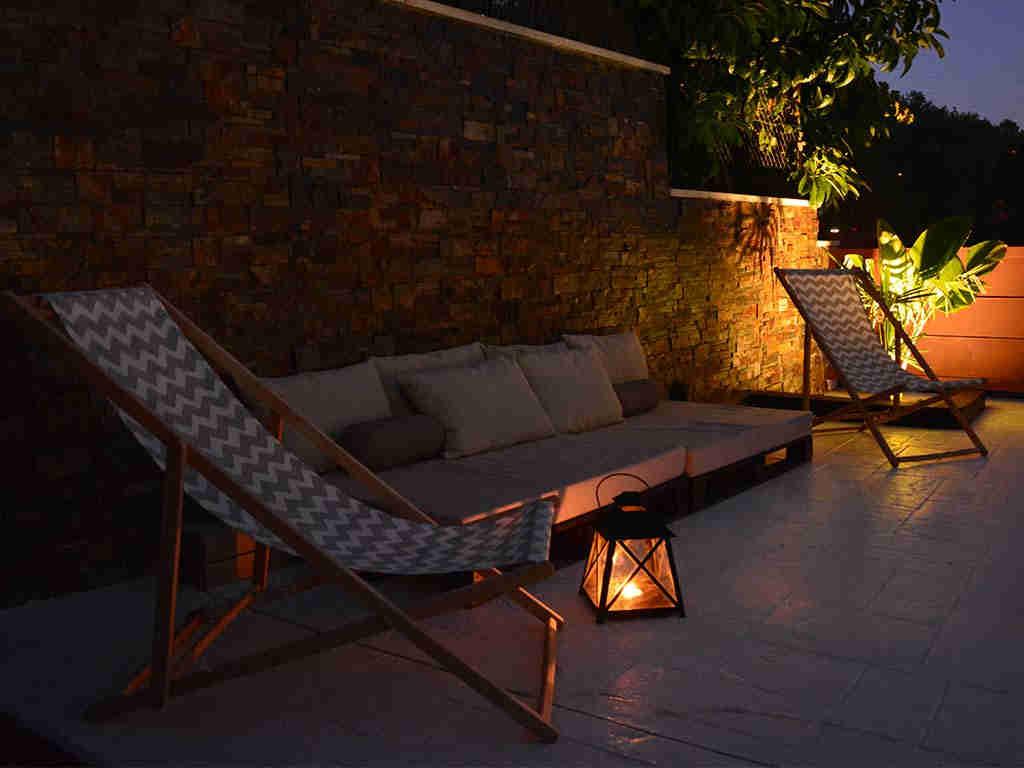 casa de vacaciones cerca de Sitges: terraza de noche