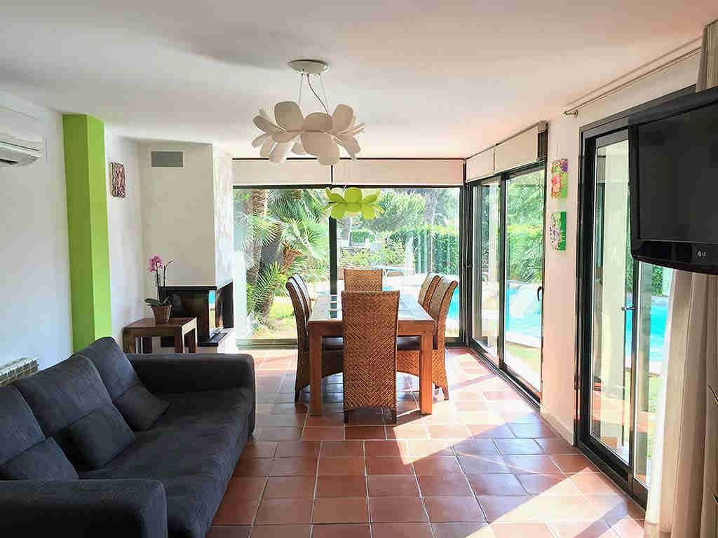 Villa de vacances à Sitges proche de Barcelone: table intérieure