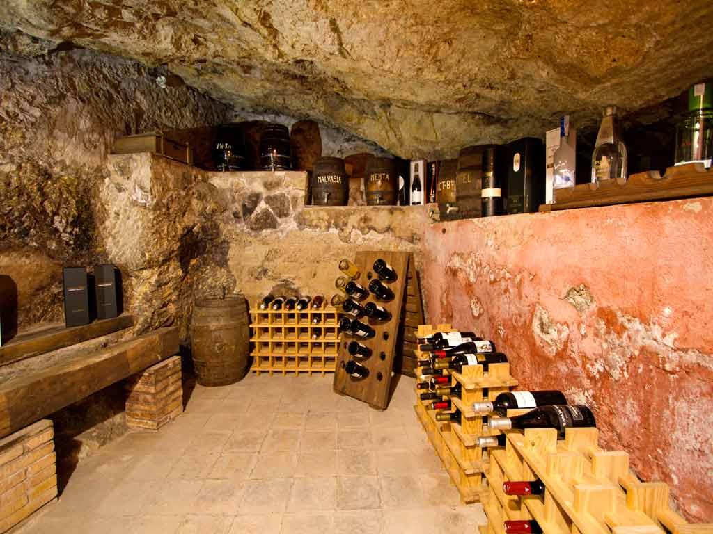 Casa en sitges cerca de barcelona: cava vino subterranea