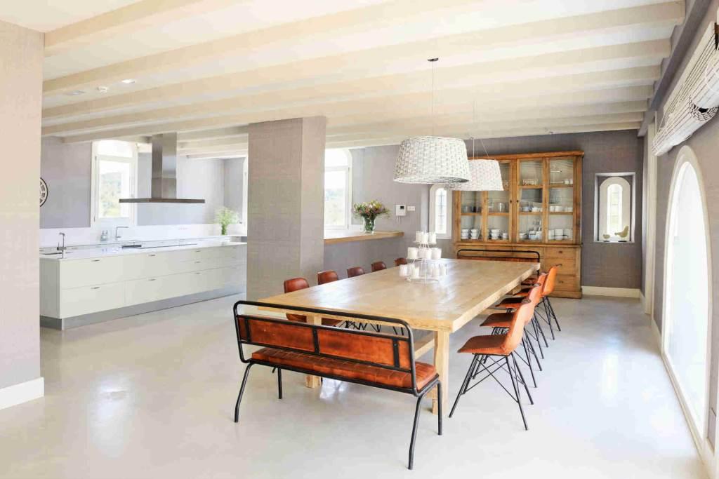 Villa Sitges Casa del Mar: big table interior
