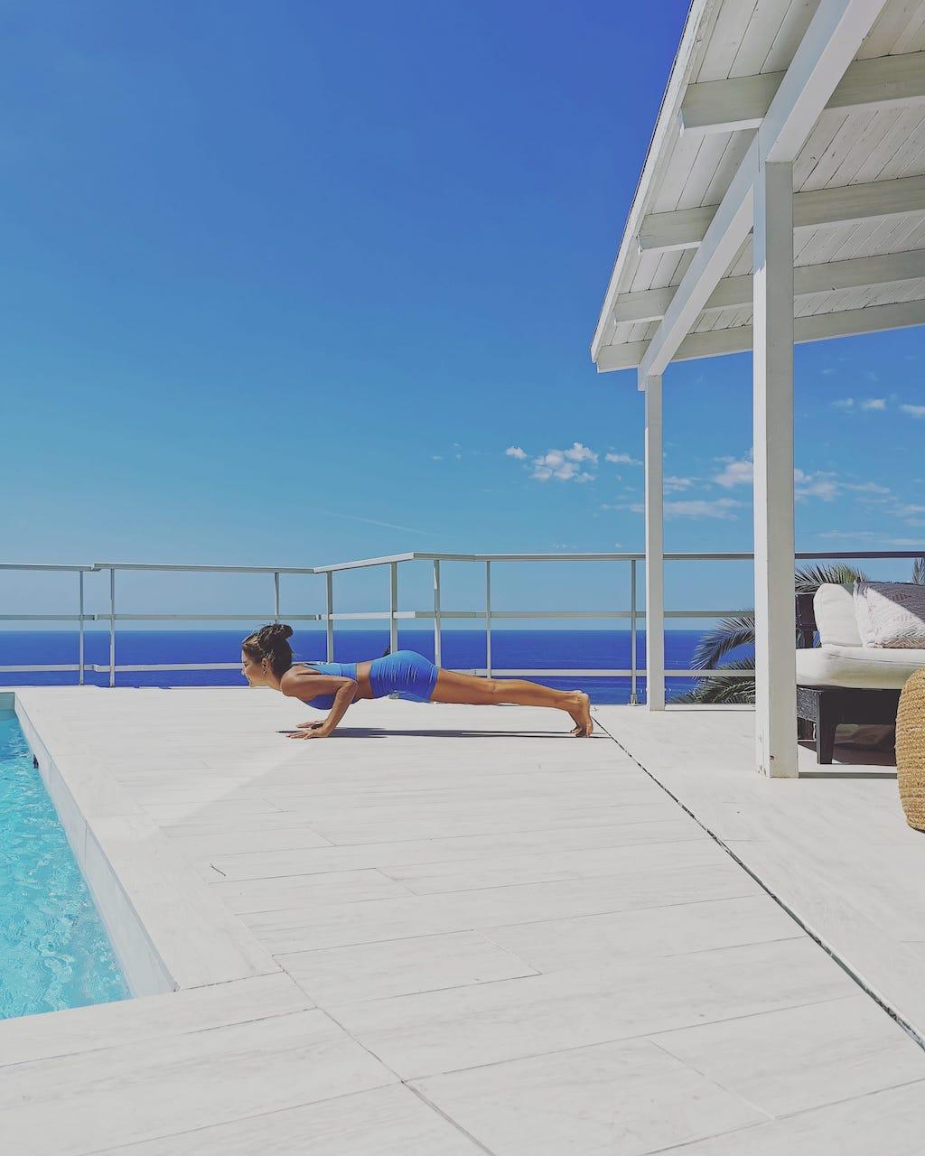 Vacances sûres et saines à Sitges avec du yoga